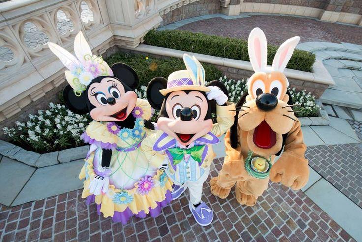 「ディズニー・イースター」の衣装がお似合いのミッキー、ミニー、プルート。シンデレラ城前でパチリ!