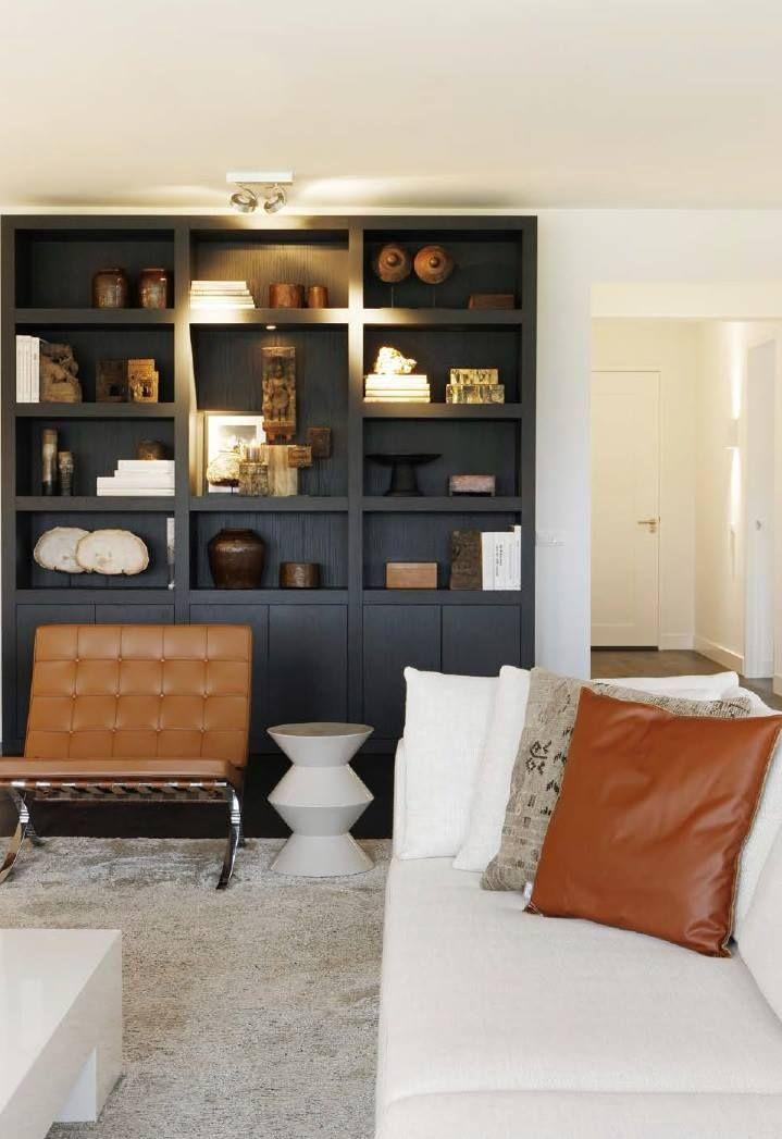 Warme cognac tinten in modern wit interieur, donkere inbouwkast