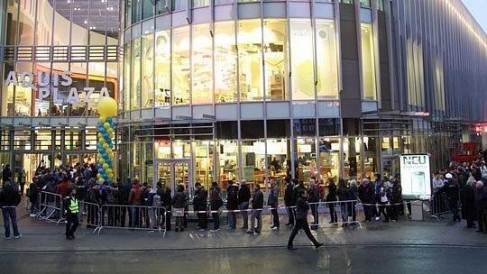 Es sind Bilder, wie sie sonst nur von der Einführung eines neuen Apple-Smartphones durch die Medien gehen: Hunderte von Menschen warteten am Morgen des 28. Oktobers trotz Regen und Kälte geduldig auf dem Kaiserplatz hinter Absperrungen auf die Eröffnung des Aquis Plaza.