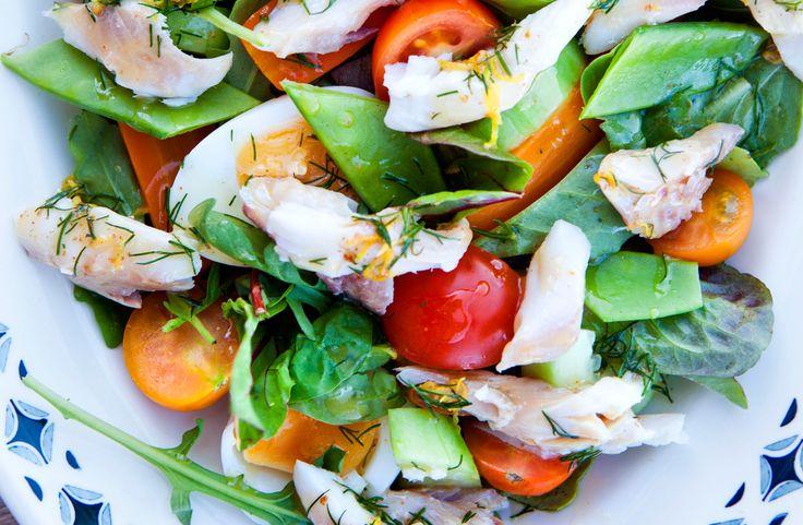 Recept på sallad med varmrökt fisk. Smakrik sallad med nyrökt fisk och dressing med brynt smör och citron.