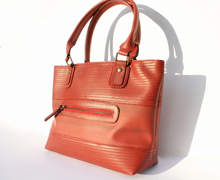 The Elvis & Kresse tote bag is made from genuine decommissioned fire-hose. Practical, individual, beautiful, timeless.