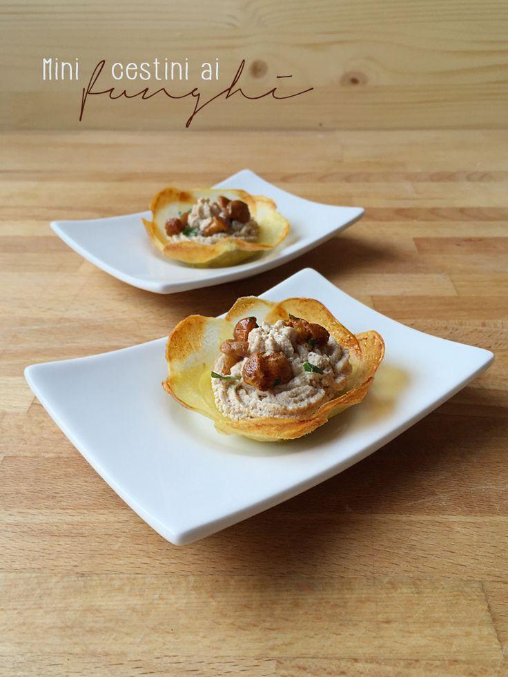 Un fingerfood goloso: cestini di patate con crema di funghi, senza latticini.