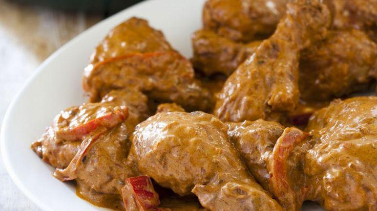 Schmeckt der ganzen Familie: Hähnchen-Paprika-Topf auf ungarische Art | http://eatsmarter.de/rezepte/haehnchen-paprika-topf-auf-ungarische-art
