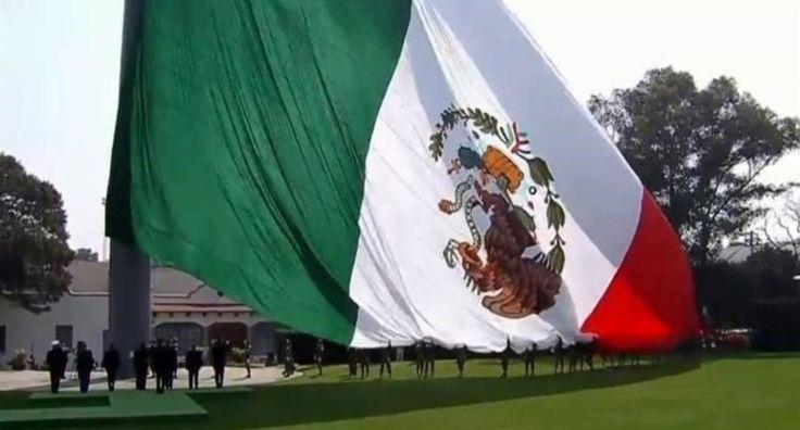 Izan de cabeza la bandera de México en la ceremonia oficial con EPN (VÍDEO)