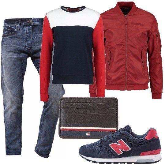 Jeans in denim blu, maglione a blocchi di colore a maniche lunghe, bomber con cerniera e tasche laterali, sneakers con logo laterale, portafoglio in pelle con logo.