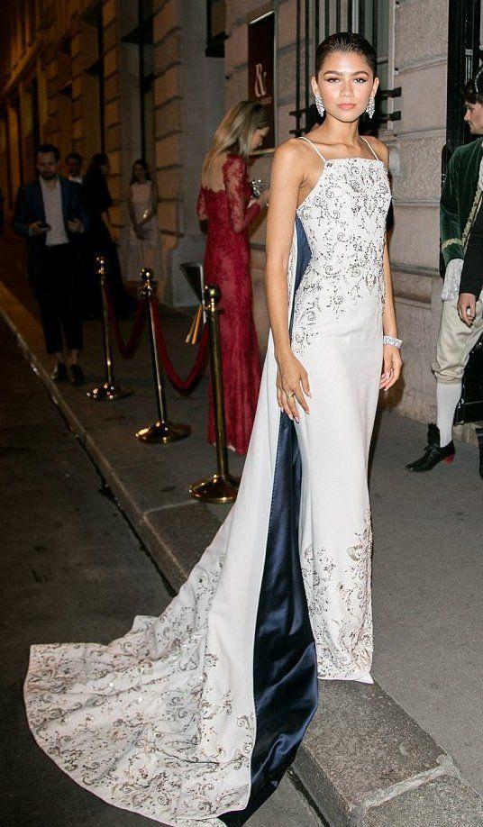 Zendaya Coleman, en la fiesta post-desfile de Ralph & Russo, con el vestido que elegí para los Oscar, es un vestido blanco con pedrería y cola de satén azul de Ralph & Russo Alta Costura primavera 2017.