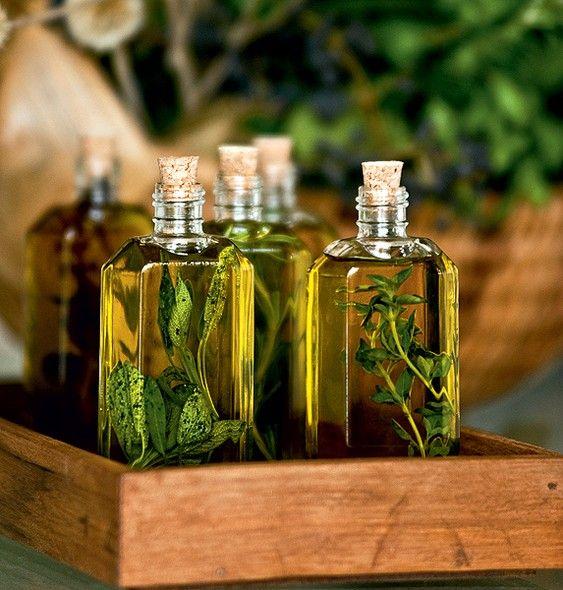 Azeites com ervas, colocados em embalagens de fazer vista, podem ser mimos para os convidados