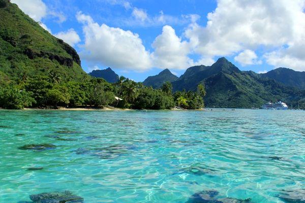 Midden in de Stille Oceaan vind je een klein Frans Polynesisch eiland. Op een kleine 20 kilometer van tropische Tahiti. Het heeft de vorm van een hart en dat is niet voor niets. Hagelwitte stranden, wuivende palmbomen, een azuurblauwe zee en een exotische bevolking die je met een prachtige glimlach en bloemenkrans welkom heet. Ia Orana op paradijselijk Moorea.