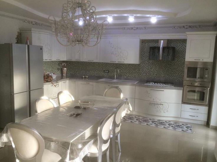 cucina  contemporanea bianco e argento