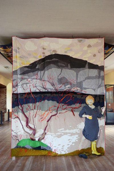 Pauliina Turakka Purhonen: Paratiisin vartija, 2013, kirjailtu kangasveistos, h 320 cm, Kuva: Ella Tommila