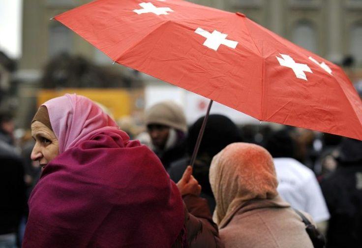 Los padres musulmanes no pueden negarse a mandar a sus hijas a clases mixtas de natación en sus escuelas, decidió este martes el Tribunal Europeo de Derechos Humanos, en respuesta a una familia turcosuiza para quien éstas son contrarias a su religión.