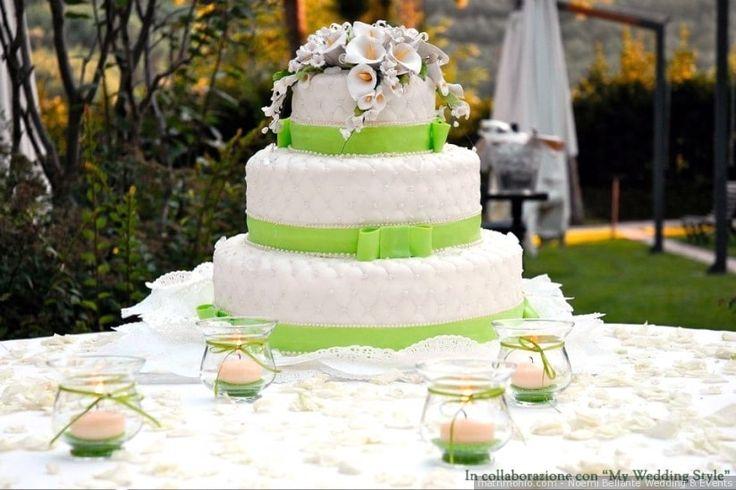 Torta nuziale a tre piani con nastro verde Greenery