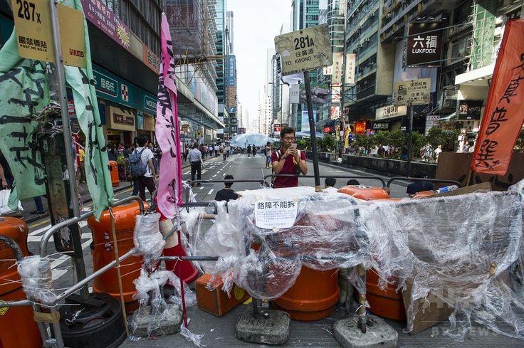 香港(Hong Kong)の商業地区・旺角(Mongkok)に民主派のデモの参加者が築いたバリケード(2014年10月6日撮影)。(c)AFP/XAUME OLLEROS ▼6Oct2014AFP|香港で予定のノーベル賞受賞者の環境シンポジウム中止 http://www.afpbb.com/articles/-/3028235