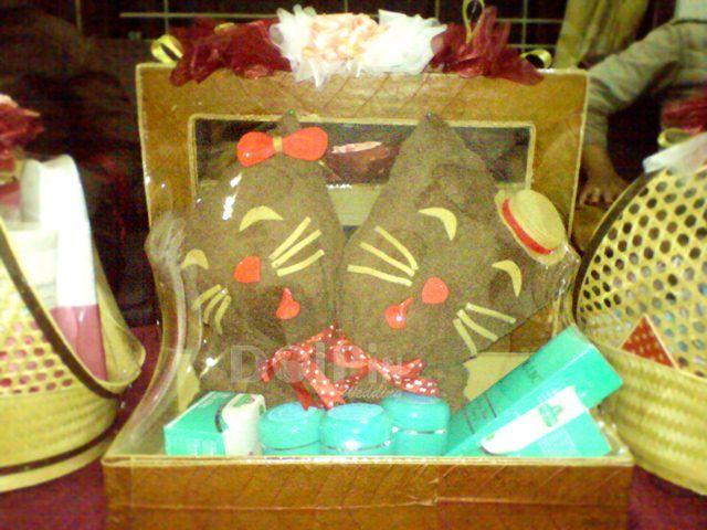 Hantaran Nikah Handuk bentuk kucing - Dolpin Wedding #Hantaran #Seserahan #HantaranNikah #Gift #Wedding #Nikah #Craft