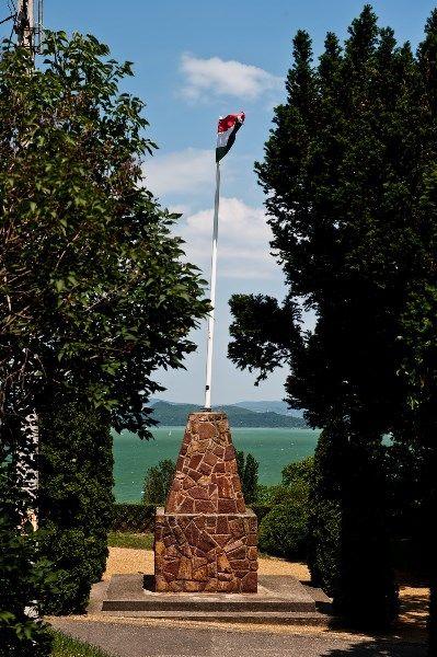The hungarian national flag with a view. / Magyar nemzeti zászló csodás kilátással!