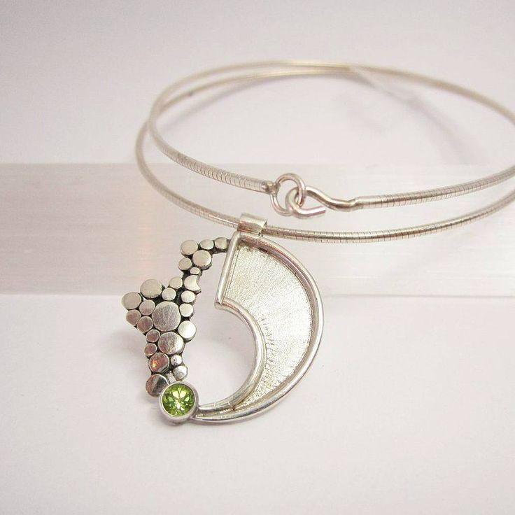 Ontwerp van Karen Klein edelsmid. Zilveren hanger met peridoot edelsteen. Unicum.
