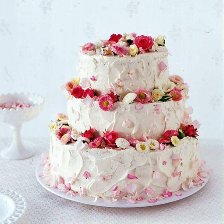 Die klassische Hochzeitstorte selber machen? Mit unseren Tipps kein Problem! Überraschen Sie mit dieser traumhaften Erdbeertorte mit essbaren Blüten.