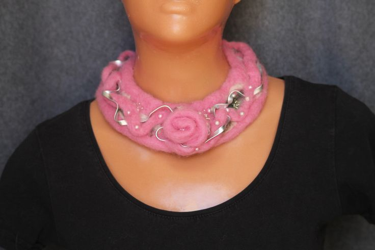 Felted necklace/ pink necklace/ felted necklace with wire jewellry and beads…
