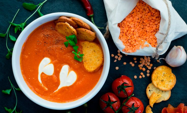 La ricetta facilissima della zuppa di lenticchie rosse e curcuma in polvere, cipolla bianca, concentrato di pomodoro, aglio. veloce e semplice!