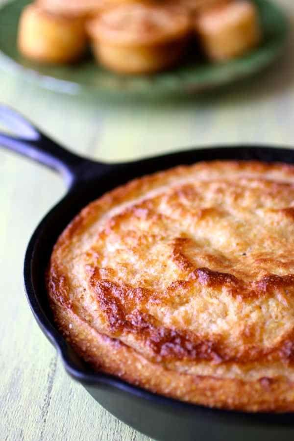 Le cornbread est le pain traditionnel à base de semoule de maïs qui est généralement associé à la cuisine du Sud des Etats-Unis.