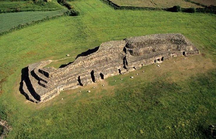 """Des bâtisseurs virtuoses. Ces tombes présentent deux types de voûtes : une pierre plate comme dans les dolmens classiques ou une """"fausse coupole"""" arrondie en une savante juxtaposition de petites pierres plates.   La construction date du Néolithique (4,500 à 3,500 ans avant Jésus-Christ), période qui correspond à la sédentarisation de l'homme qui devient éleveur-agriculteur.    Signalé comme """"tumulus"""" (butte artificielle en terre) en 1850, le site est redécouvert en 195..."""