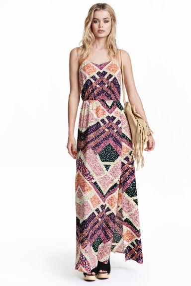 Платье-макси: Длинное платье с треугольным вырезом с узкими бретелями. Платье отрезное по резинке на талии, есть высокие разрезы спереди. Разрез на спине и обшитая тканью пуговица сзади сверху.