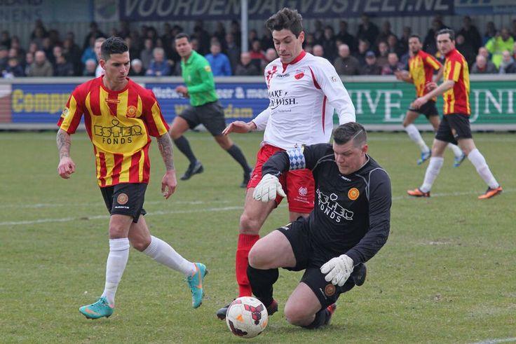 Ter Leede-doelman Serge van den Ban gooit zich op de bal in de wedstrijd tussen Kozakken Boys en Ter Leede (1-1). Gespeeld op 01-03-2014.