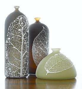 Doe het zelf met bladeren. Laat een aantal grote bladeren goed drogen. Dip de bladeren aan 1 zijde in verf en druk hem op je glazen pot of vaas.
