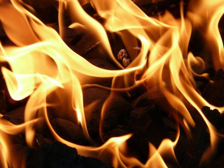 Qué hacer en caso de emergencia Actuación en caso de incendio Los incendios son situaciones de emergencia graves, por este motivo tenéis que recordar las siguientes consignas para vuestra seguridad y la de las personas que os rodean. Vuestra actuación será diferente en función de si:  Encontráis un CONATO de incendio (INICIO del incendio) Encontráis un INCENDIO Un INCENDIO os deja ATRAPADOS #emergencia #evacuación #maxpreven #prevenci
