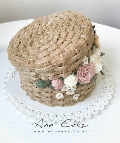 제인 패커의 시그니처 플라워 '햇박스' 그 아름다운 작품에 받치는 오마주로 만든 버터 플라워 케이크가 있...