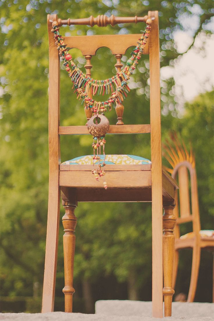 Les Trois soeurs -collection Ewà by Sister ARTS  modèle Les Trois soeurs -collection Ewà by Sister ARTS  Chaise en bois sculpté, assise wax bleu turquoise et vert anis.  Dossier avec colliers* suspendu.  H92cm/ L43cm  *Chinés sur le marché de Lagos, Nigéria.