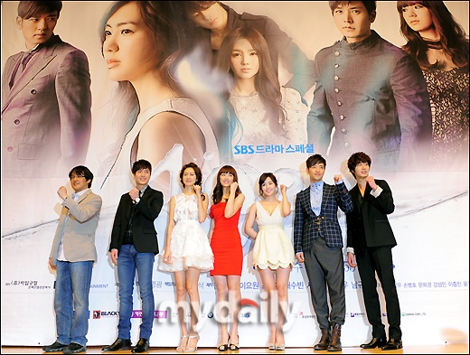 49 Days--from left: Director, Jo Hyun Jae, Lee Yo Won, Nam Gyu Ri, Bae Soo Bin, and Jung Il Woo all in fighting/hwaiting poses :) @ press conference