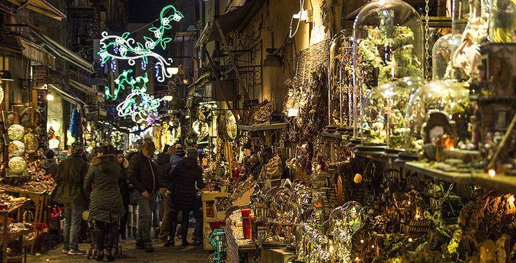 Luminarie e presepi in via San Gregorio Armeno a Napoli, dove il Natale è tutto l'anno