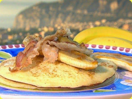 Pancake con composta di fichi, pancetta croccante e banane.