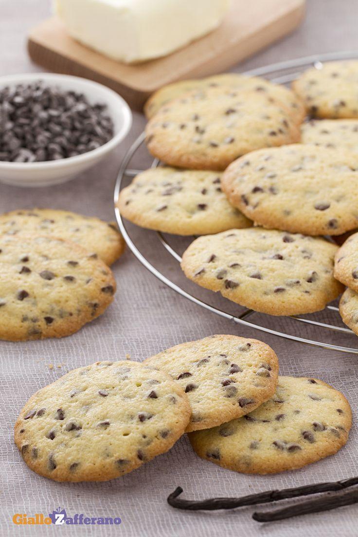 I #cookies (chocolate chip cookies) sono i classici #biscotti americani dalla croccante forma rotonda, arricchiti da golose gocce di #cioccolato. #ricetta #GialloZafferano
