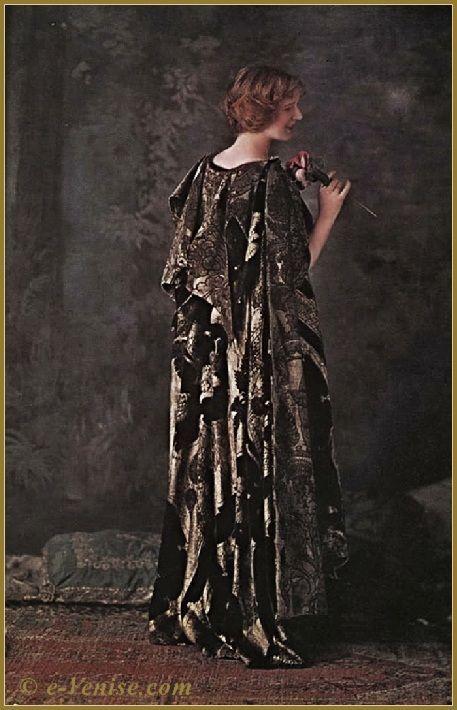 Mariano Fortuny Burnou Arabe en velours de soie frappé d'or. Autochrome Lumière 1910. https://translate.google.com/translate?sl=auto&tl=en&js=y&prev=_t&hl=en&ie=UTF-8&u=http%3A%2F%2Fwww.e-venise.com%2Fart-peintres%2Fmariano-fortuny-chale-robe-marcel-proust-11.html&edit-text=