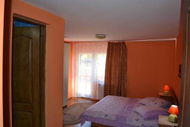 Camera cu toate dotarile necesare unui sejur relaxant in Busteni