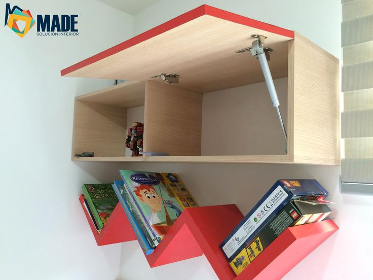 Decoración habitación niño con repisa en W y módulo flotante