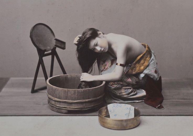 La donna che lava i capelli di Kusakabe Kimbei, 1880