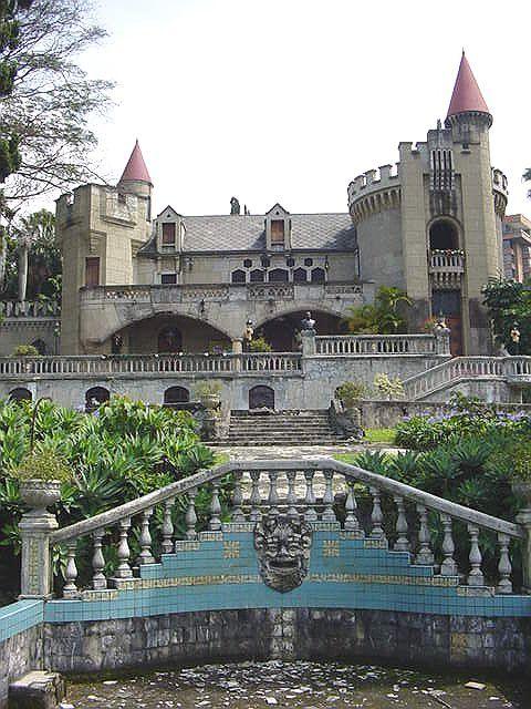 MEDELLÍN-Museo el Castillo, fue construido en 1930 por H:MRodrígue la primera constructora de Medellín, su arquitectura se inspiró en los castillos del Valle del Loira en Francia- Gótico Medieval- En 1943 el Señor Diego Echavarría Misas lo compró y lo convirtió en su hogar- En 1971 se convirtió en casa de Museo.