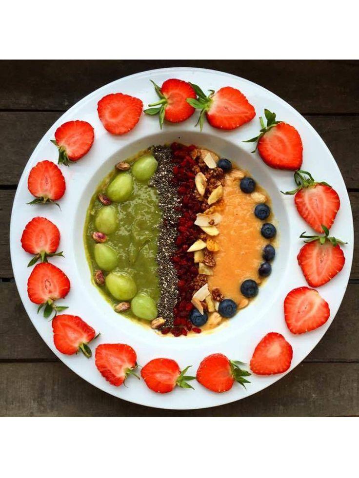 Beginnen wir mit einem einfachen Rezept, foodist sei Dank. Was braucht ihr für die gesunde Smoothie Bowl?Zutaten:2 Bananen (am besten in Stücke geschnitten und gefroren)1 Mango125g Sojajoghurt1 Handvoll BabyspinatToppings - Chia Samen, Goji Beeren, Cacao Nibs (roher Kakao - aus der Kakaobohne gebrochene kleine Stückchen), Heidelbeeren, Nüsse und sonstige Samen nach WahlZubereitung:Bananen, Mango und Sojajoghurt in den Mixer geben und cremig pürieren. Jetzt die Hälfte des Mix in eine…