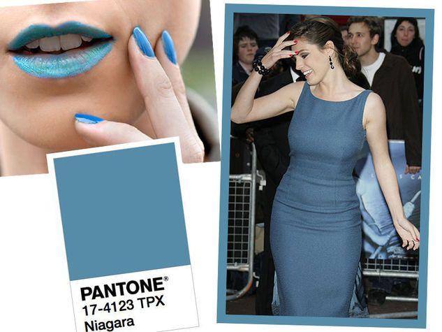 Pantone Niagara 17-4123 TPX, l'azzurro che ricorda il denim e il colore carta da zucchero. Lei è Kelly Brook.