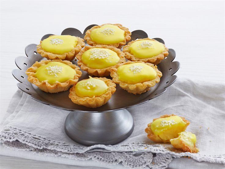 Bebe-leivokset ovat pieniä herkkuleivonnaisia kodin juhlahetkiin. http://www.valio.fi/reseptit/sitruunabebet/ #resepti #valio #leivonta