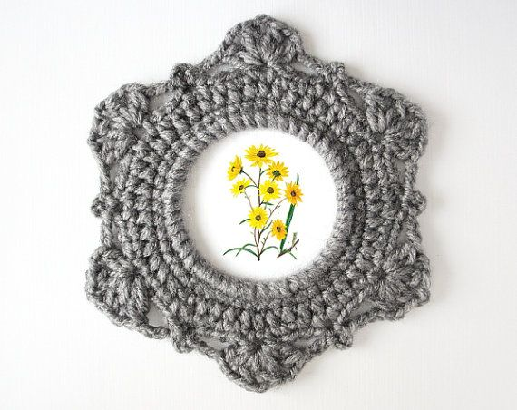PDF instructions to make your own crochet picture frame.    Handmade crochet frames are a great last-minute (and budget friendly) hostess or housewarming