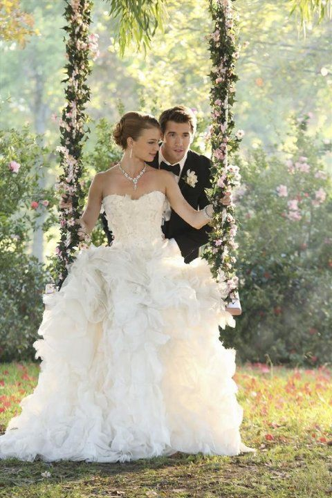 Still of Emily VanCamp and Joshua Bowman in Revenge (2011)