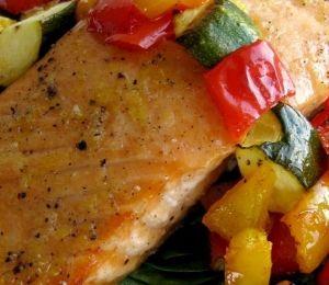 Μαριναρισμένος σολομός με λαχανικά και σαλάτα σπανάκι