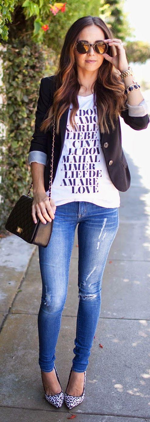 'Tips' para usar un 'blazer' correctamente. Blazer negro con una blusa blanca y un jeans o short negro, en tennis, flats o tacones para la noche