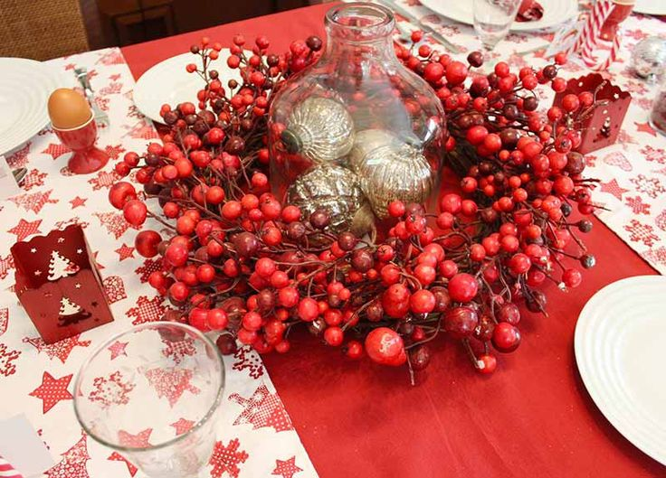 A beautiful red cranberry Xmas centrepiece with decanter and tree ornaments styled by myo.n.olifestyle.