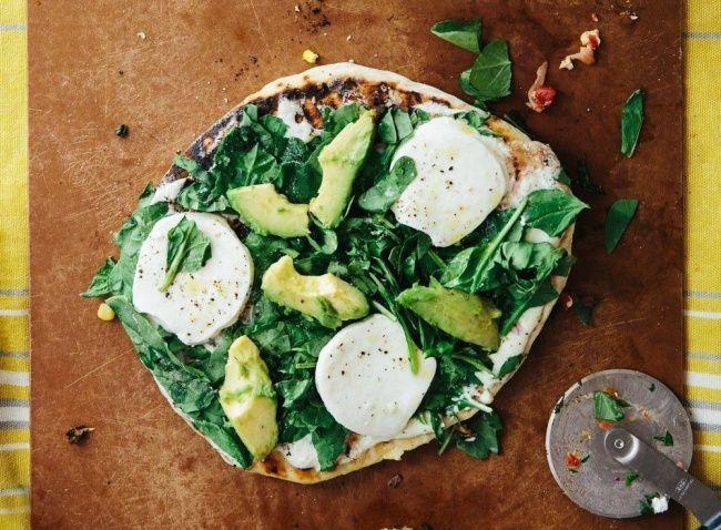 Пицца с моцареллой и авокадо