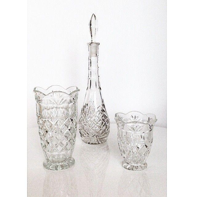 Ingeborg vaser og karaffel i pressglass fra Høvik glass. Høvik Glassverk var i produksjon fra 1875-1932, da ble det oppkjøpet av Hadeland Glassverk. #30vaseri30dagar #Ingeborg #høvikglassverk #høvikglass #pressglass #vaseries #vasecraze #vase #vasesamling #samlerpåvaser #arvegods #loppefunn #myhome #norskglass #loppefynd #kjektåha #vintagedesign #vintageglass #vintagevase #norwegiandesign #norwegianvintage